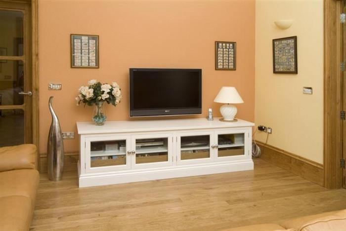 Low media unit with glass doors